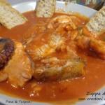 Zuppa di pesce con crostoni di pane