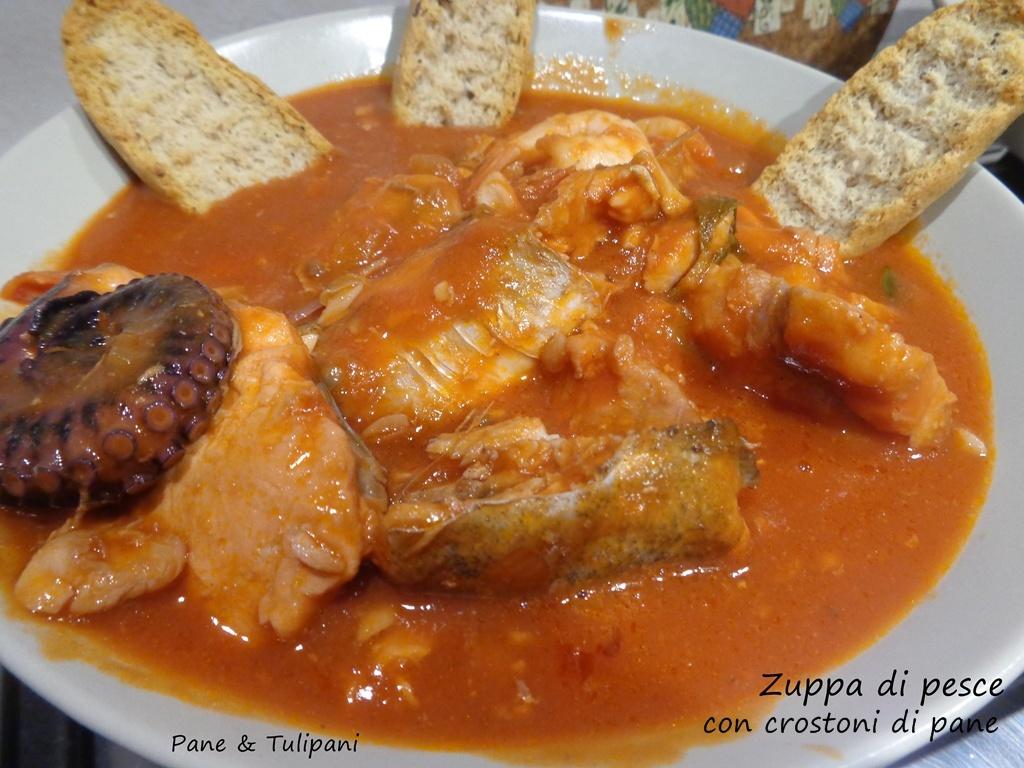 Zuppa di pesce con crostini di pane