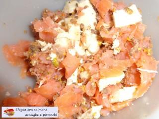 Sfoglia con salmone acciughe e pistacchi.5
