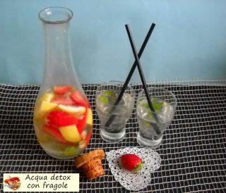 Acqua detox con fragole