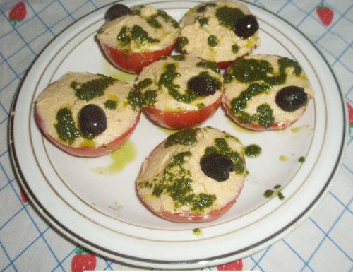 Pomodori ripieni con uova. Piatto freddo