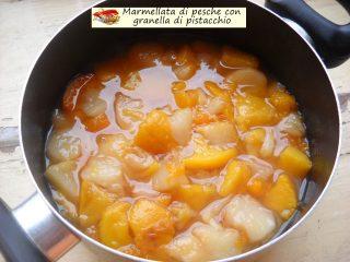Marmellata di pesche con granella di pistacchio.2