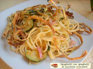 Spaghetti con spaghetti di zucchine croccanti