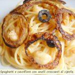 Spaghetti e cavolfiore con anelli croccanti di cipolla