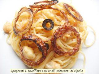 Spaghetti e cavolfiore con anelli croccanti di cipolla.4
