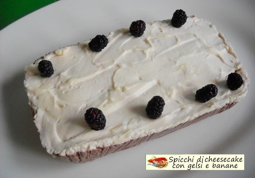 spicchi di cheesecake con gelsi e banane