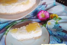 Cheesecake con ananas. Fresco dessert.