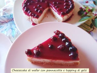 cheesecake di wafer con pannacotta e topping di gelsi