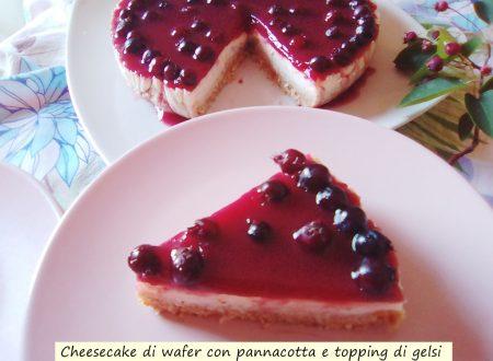 Cheesecake di wafer con pannacotta e topping di gelsi