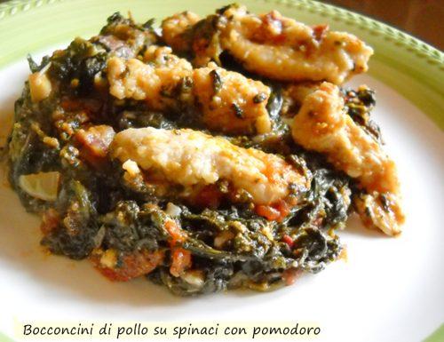 Bocconcini di pollo su spinaci e pomodorini