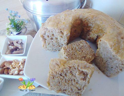 Pane con frutta secca e fiori di tarassaco