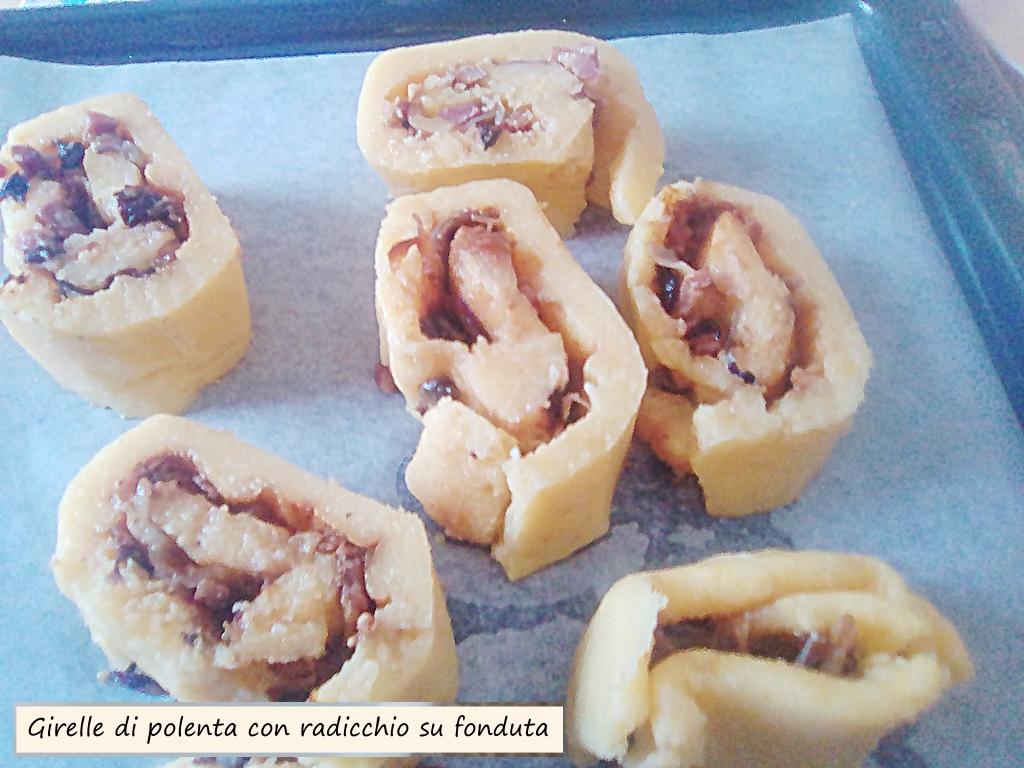 girelle di polenta con radicchio su fonduta