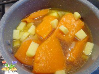 vellutata di zucca all'arancia con melagrana e pinoli