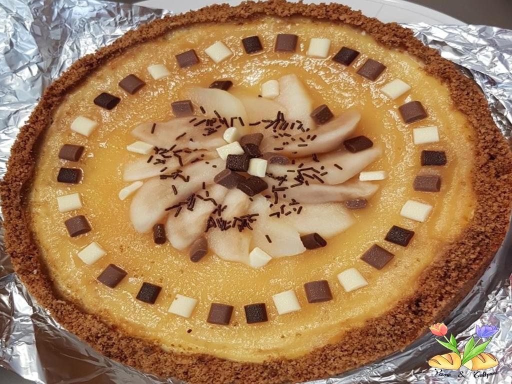 Cheesecake guarnita con cioccolatini e pere