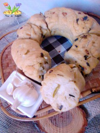 corona di pane all'aglio con nepitella e aromi