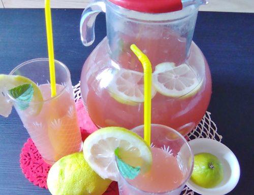 Limonata con gelsi. Fresca e dissetante