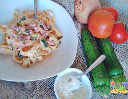 Tagliatelle con crema di ricotta zucchine e speck