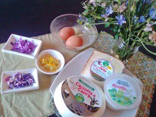 Tortellone con tuorlo su fiori eduli e formaggi bio