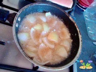 Salmone su crema di zucchine e dadolata di cipolle