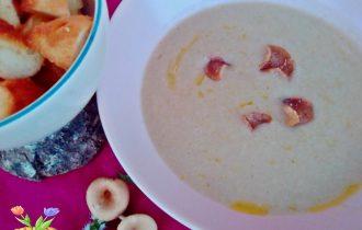 Zuppa delicata di funghi imbutini