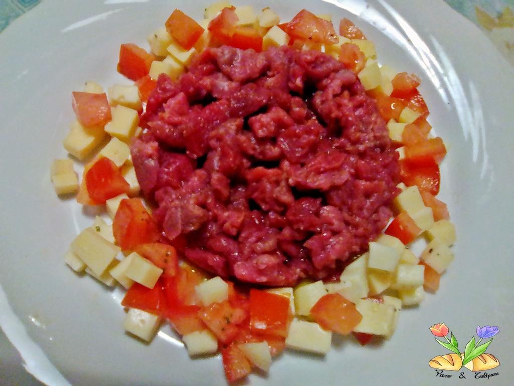 tartare con formaggi e pomodori