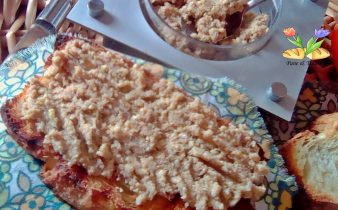 crostoni con crema di aringa e di lupini