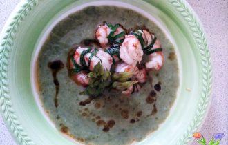 zuppa di asparagi e lattuga con gamberi