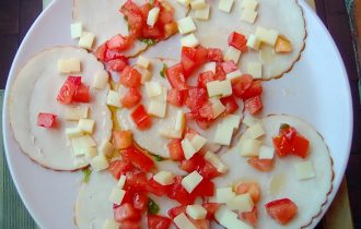 carpaccio di pollo con dadolata di pomodoro e formaggi