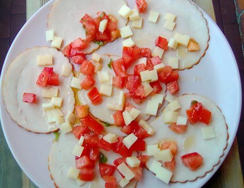 Carpaccio di pollo con pomodori e formaggi