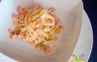 spaghetti con crema di porri e gamberetti