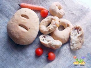 pagnotta e anelli di pane farciti