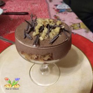 mousse al cioccolato con panettone e aghi di cioccolato