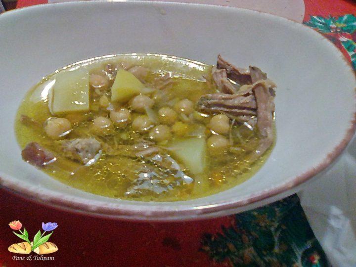 La Zuppa di sfilacci di lesso con ceci è squisita. E' la zuppa ideale per recuperare il lesso così da non farne delle solite polpette, anche se sono buone. A me piace ricavare un piatto partendo da un altra preparazione ed il lesso si presta proprio.
