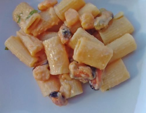 Mezze maniche con gamberetti e crema di ceci