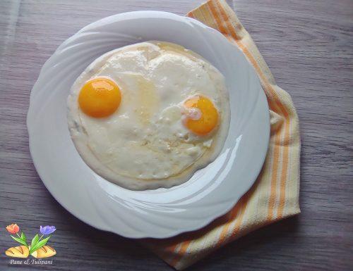 Uova all'occhio su vellutata di gorgonzola