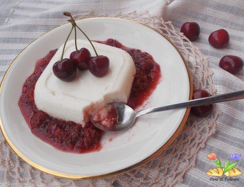Dolce biancomangiare con salsa di ciliegie