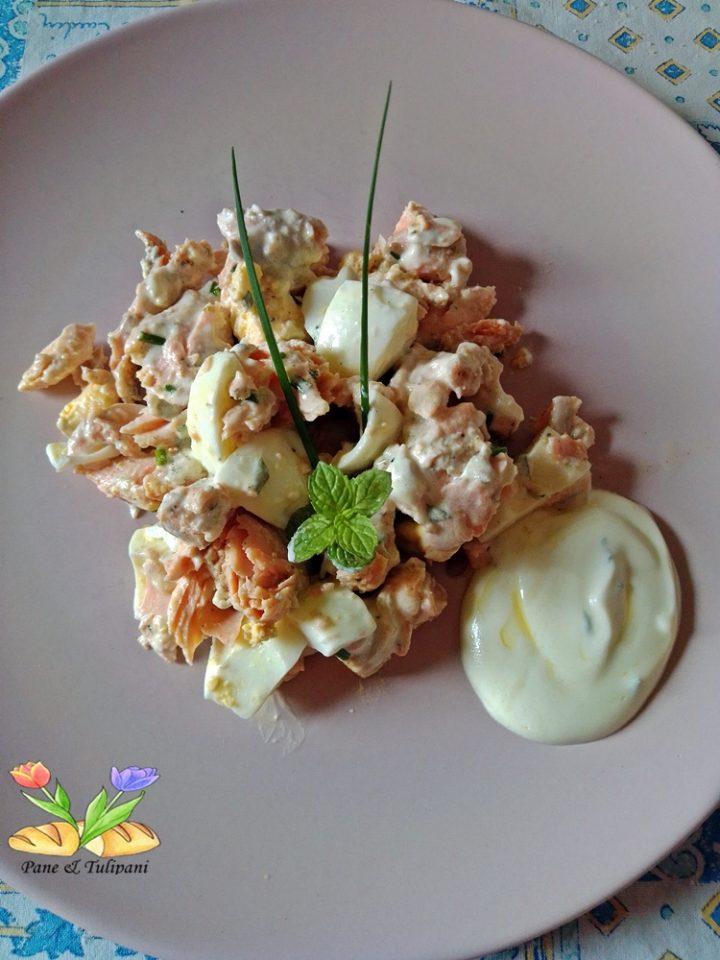 salmone con uova e salsa di yogurt