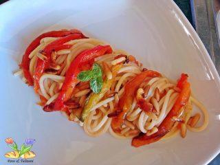 spaghetti con peperoni e pinoli