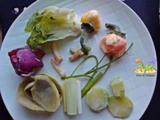 brodo vegetale con scarti di verdura