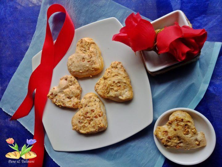 cuoricini di pane con noci e pinoli