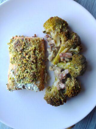 salmone in crosta di pistacchi con broccoletti