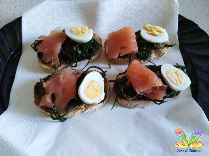 crostini con agretti e uova di quaglia