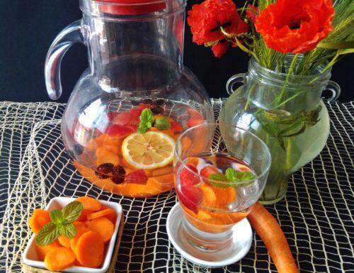 Acqua detox  con carote fragole e gelsi