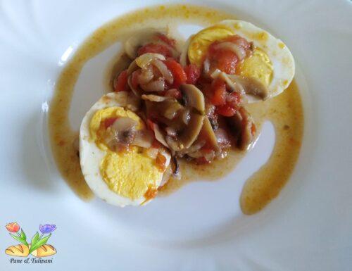 Uova sode con funghi champignon
