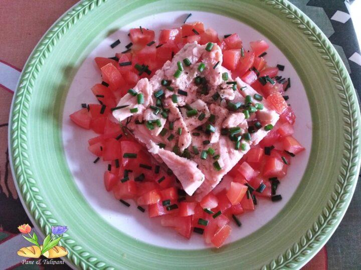 salmone su letto di pomodori