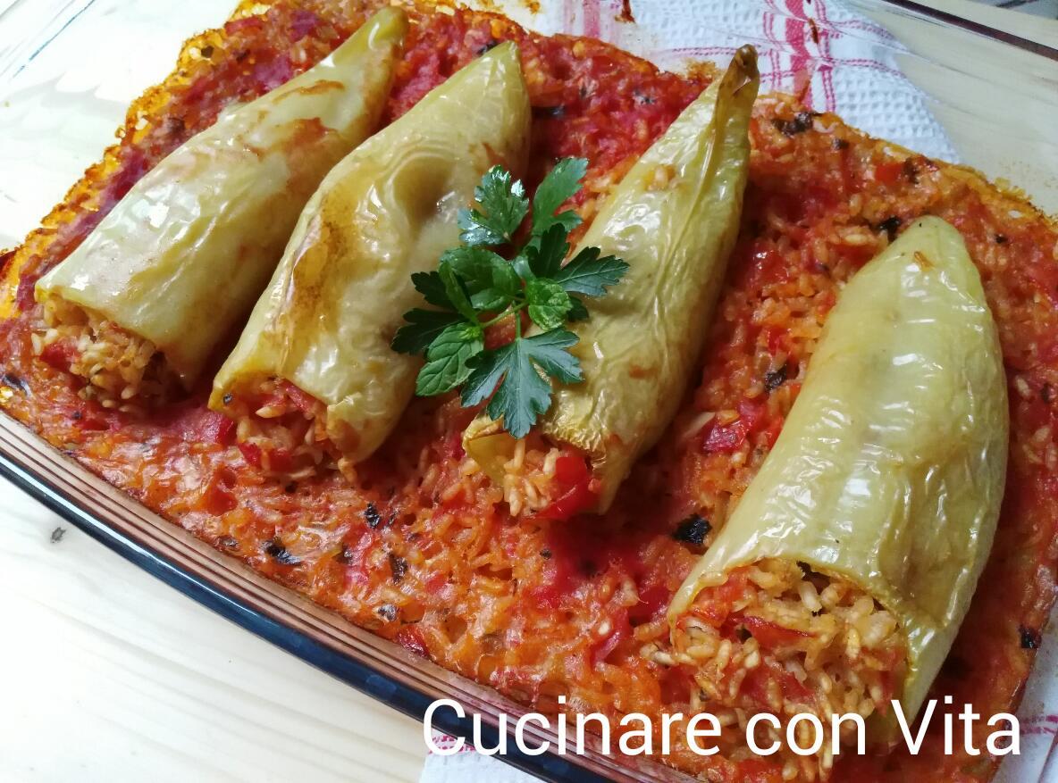 Peperoni ripieni di riso e pomodori