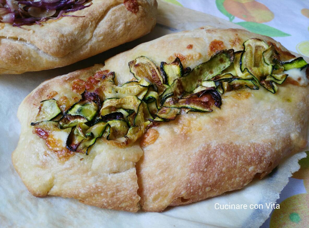 Barchette di pane con zucchine e formaggio filante