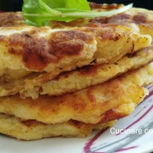 Frittelle o pancakes di patate, cipolla e formaggio fontal
