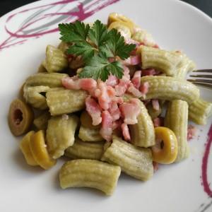 Maccheroni di spinaci con pancetta e olive
