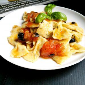 Farfalle al basilico al sughetto di pomodori ed olive nere